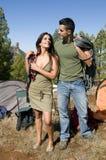 Uomo e donna che si levano in piedi al lato della loro tenda Fotografia Stock