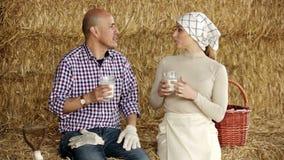 Uomo e donna che si siedono insieme stock footage