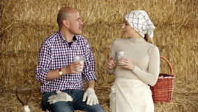 Uomo e donna che si siedono insieme in fieno video d archivio