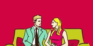 Uomo e donna che si siedono sullo strato nella stanza e nella chiacchierata Coppie nel paese Marito e moglie Fotografie Stock Libere da Diritti