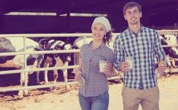 Uomo e donna che sorridono con il latte Fotografia Stock