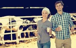 Uomo e donna che sorridono con il latte Fotografia Stock Libera da Diritti