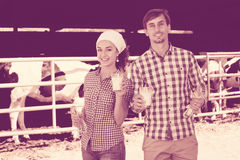 Uomo e donna che sorridono con il latte Immagine Stock Libera da Diritti