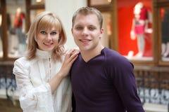 Uomo e donna che sorridono esaminando macchina fotografica Immagine Stock Libera da Diritti