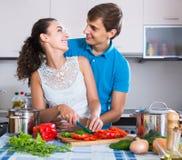 Uomo e donna che stanno tavola vicina con le verdure Fotografia Stock