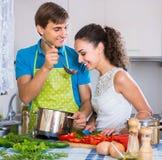 Uomo e donna che stanno tavola vicina con le verdure Fotografia Stock Libera da Diritti