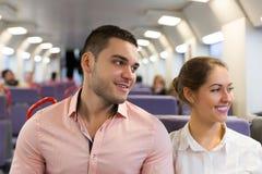 Uomo e donna che viaggiano in treno Fotografie Stock Libere da Diritti