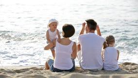 Uomo e donna con due bambini archivi video