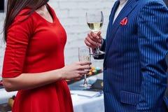 Uomo e donna con i bicchieri di vino al partito Fotografie Stock
