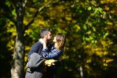Uomo e donna con i fronti appassionati su sfondo naturale Fotografia Stock