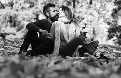 Uomo e donna con i fronti romantici sul fondo degli alberi di autunno fotografia stock libera da diritti