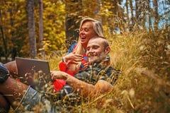 Uomo e donna con il computer portatile Fotografia Stock