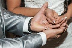 Uomo e donna con le fedi nuziali in mani aperte immagini stock libere da diritti