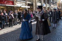 Uomo e donna in costume medievale alla parata tradizionale del festival medievale di Befana di epifania a Firenze, Toscana, Itali Immagini Stock Libere da Diritti