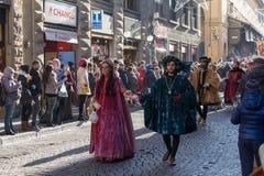 Uomo e donna in costume medievale alla parata tradizionale del festival medievale di Befana di epifania a Firenze, Toscana, Itali Fotografia Stock
