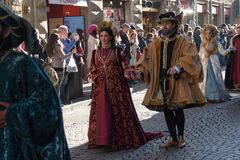 Uomo e donna in costume medievale alla parata tradizionale del festival medievale di Befana di epifania a Firenze, Toscana, Itali Fotografie Stock