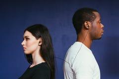 Uomo e donna in cuffie Coppie internazionali fotografia stock libera da diritti