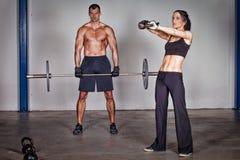 Uomo e donna di addestramento di forma fisica del kettlebell di Crossfit Immagine Stock Libera da Diritti