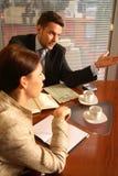 Uomo e donna di affari che comunicano nell'ufficio Fotografia Stock Libera da Diritti