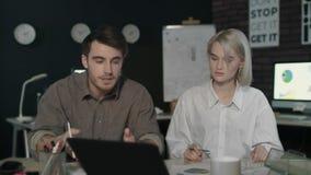 Uomo e donna di affari che sono in conflitto nel luogo di lavoro Gruppo nervoso che discute progetto video d archivio
