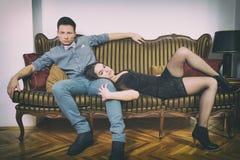 Uomo e donna di fascino nella stanza di lusso Fotografia Stock