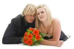 Uomo e donna di menzogne con il fiore. Fotografia Stock