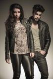 Uomo e donna di modo in vestiti di cuoio Fotografia Stock
