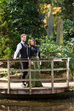 Uomo e donna di modo vittoriano vicino al lago in parco Fotografia Stock Libera da Diritti