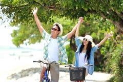 Uomo e donna divertendosi la bicicletta di guida insieme Fotografia Stock Libera da Diritti