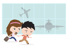 Uomo e donna felici del viaggiatore con bagagli, andando all'aeroporto ed all'aeroplano per il concetto di estate di viaggio su f Fotografia Stock