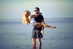 Uomo e donna in fiume immagini stock libere da diritti