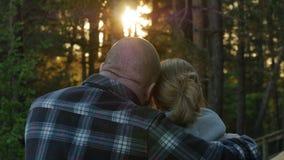 Uomo e donna insieme vicino ad un Mar Baltico in primavera Alba, mare e foresta 4K UHD stock footage