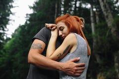 Uomo e donna in natura Fotografie Stock Libere da Diritti