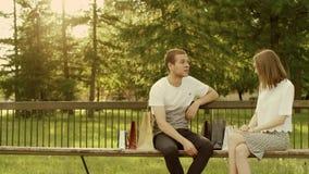 Uomo e donna nel parco video d archivio