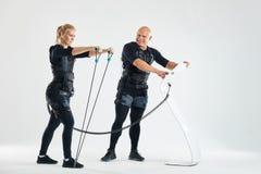 Uomo e donna nell'addestramento dei vestiti di SME con l'estensore immagini stock libere da diritti