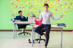 Uomo e donna nell'ufficio con molte priorità contrastanti dentro Fotografia Stock Libera da Diritti