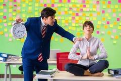 Uomo e donna nell'ufficio con molte priorità contrastanti dentro Immagini Stock Libere da Diritti