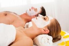 Uomo e donna nelle maschere di protezione Immagini Stock Libere da Diritti