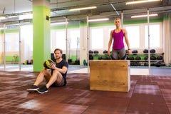Uomo e donna pronti a fare allenamento Fotografia Stock Libera da Diritti