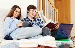 Uomo e donna sorridenti che preparano per gli esami Immagini Stock