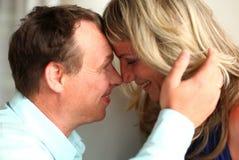 Uomo e donna sorridenti vicino ad a vicenda teste fotografia stock