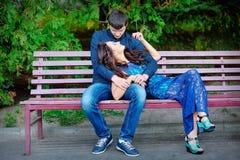 Uomo e donna su un banco Fotografie Stock Libere da Diritti