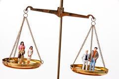 Uomo e donna su Waage.Symbol uguale Immagine Stock Libera da Diritti