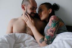 Uomo e donna sul letto Fotografia Stock Libera da Diritti