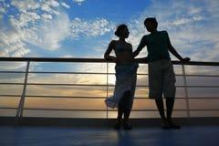 Uomo e donna sulla piattaforma della nave da crociera. Immagini Stock