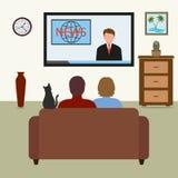 Uomo e donna sullo strato TV con il comunicato stampa su fondo bianco Fotografia Stock
