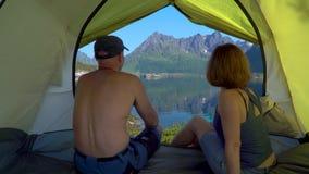 Uomo e donna in tenda stock footage