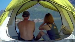 Uomo e donna in tenda archivi video