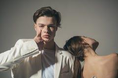 Uomo e donna tipo privo di emozioni che guarda in avanti Stile di capelli e skincare Bellezza e modo Coppie di modo nell'amore immagine stock libera da diritti