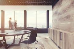 Uomo e donna in ufficio di legno Fotografia Stock